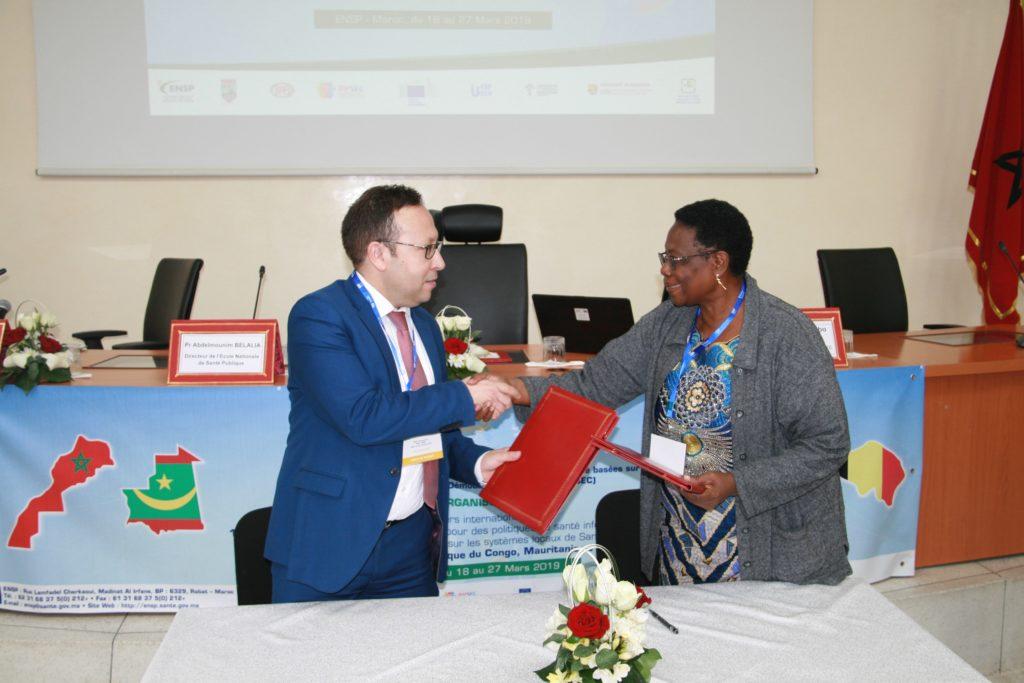 Collaboration SUD-SUD et NORD en santé: Poignée de main entre les deux Directeurs après la signature de la convention