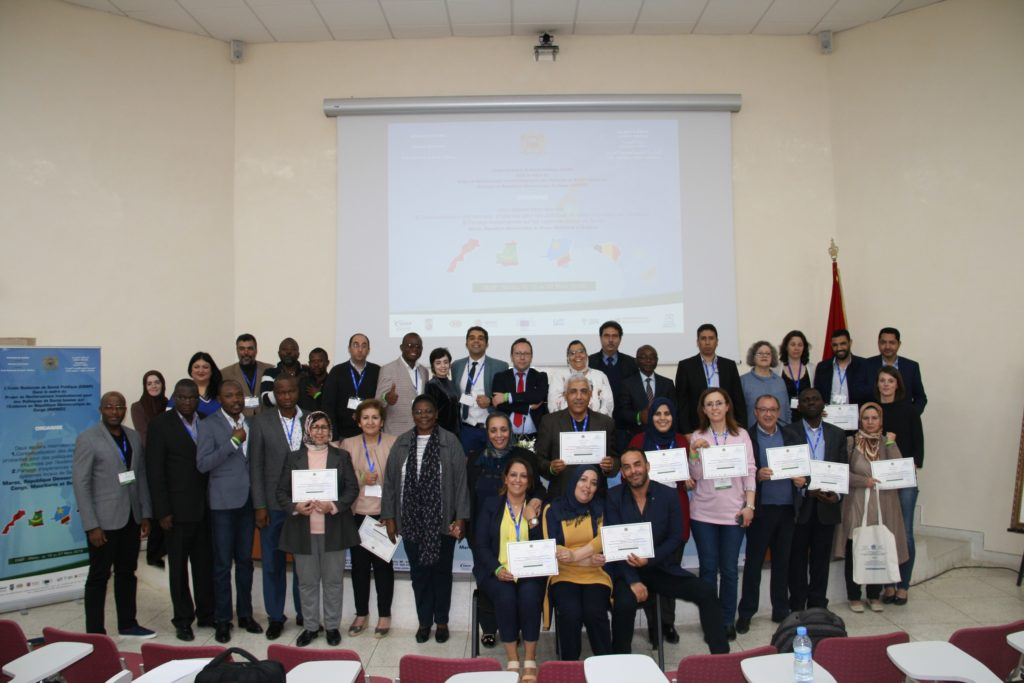 Workshop local health systems: participants with their certificates